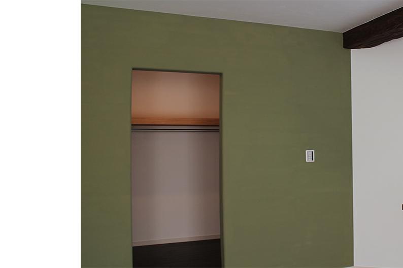 モスグリーンでシックに仕上げた漆喰の壁