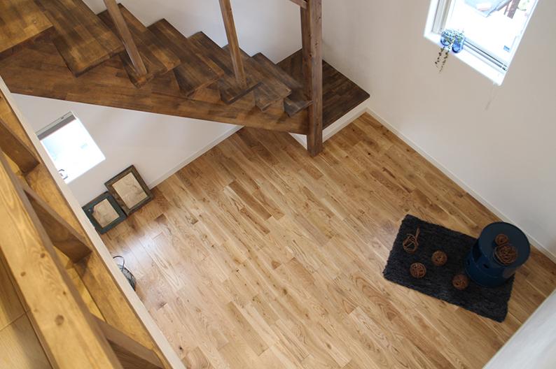 ロフトに続く木の造作階段