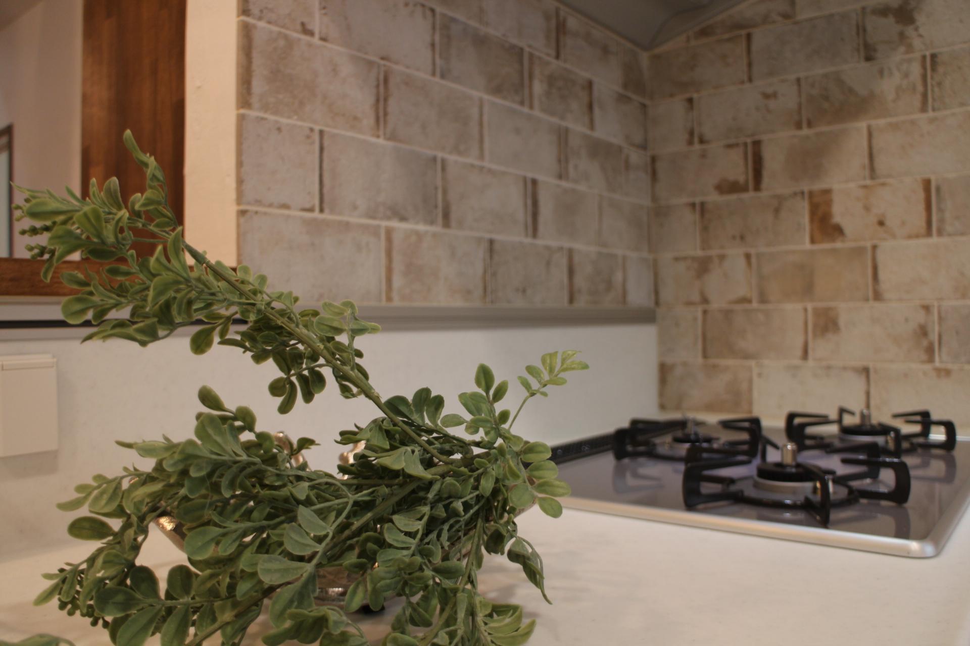 アンティーク調のタイルで落ち着いたキッチン