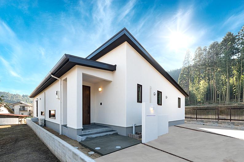 緩やかな屋根が印象的な外観