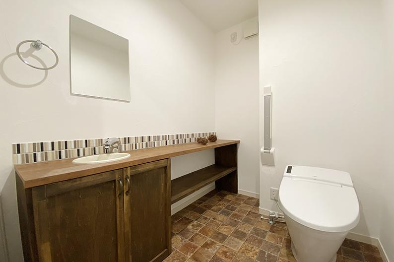 タイルが印象的な広々トイレ